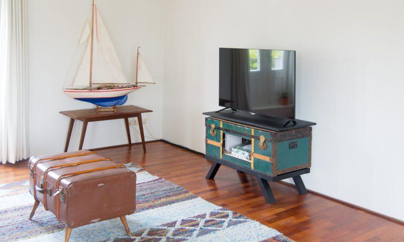 Tv-meubel van groen met gouden vintage kist