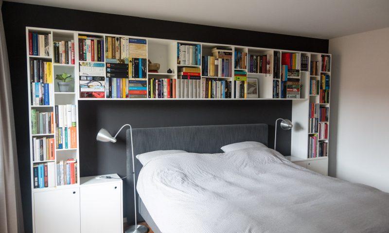 Bedombouw met nachtkastjes en vakkenkast voor boeken