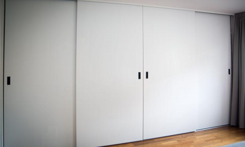 Grote inbouwkast met schuifdeuren – Kledingkast op maat